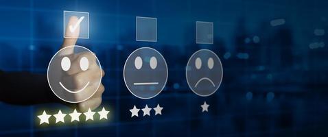 uomo d'affari che dà valutazione con emoticon faccina sorridente sul touch screen virtuale foto