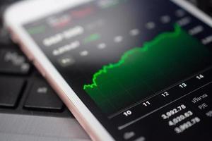 grafico commercio forex investimento aziendale sullo schermo soft focus del telefono cellulare foto