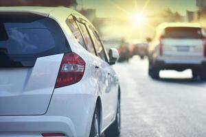 guida di auto su strada e seggiolino per auto di piccole dimensioni sulla strada utilizzata per viaggi giornalieri, guida di auto automobilistiche foto