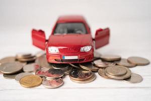 auto su monete sfondo prestito auto, finanza, risparmio di denaro, assicurazioni e concetti di tempo di leasing. foto