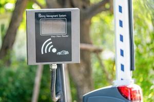 lettore remoto a lungo raggio bluetooth easy pass per il controllo degli accessi cancello rapido per auto davanti al moderno edificio per uffici, sistema tecnologico di gestione del parcheggio di sicurezza. foto