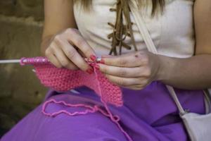 donna che lavora a maglia la lana foto