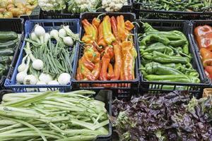 mercato di bancarella di verdura foto