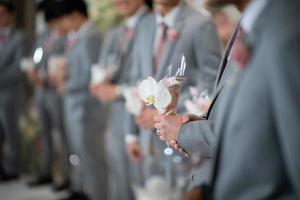 fiore di nozze a portata di mano con sfondo sfocato, bouquet di fiori foto