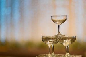 bicchiere di vino vuoto con sfondo sfocato foto