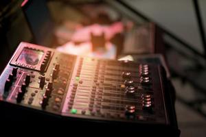 sound check per concerto, controllo mixer, tecnico musicale, backstage foto