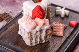 bellissimo sapone colorato e luminoso realizzato a forma di torta appetitosa foto