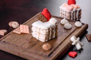 bellissimo sapone colorato e luminoso a forma di torta appetitosa foto
