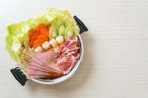 zuppa nera sukiyaki o shabu con carne cruda e verdure - stile alimentare giapponese foto