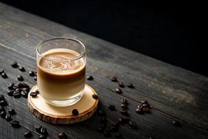 bicchiere di caffè latte, caffè con latte su fondo in legno foto