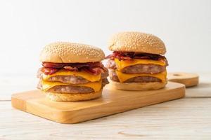 hamburger di maiale o hamburger di maiale con formaggio e pancetta foto