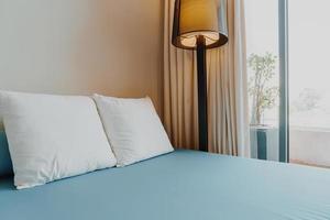 bella e confortevole decorazione del cuscino nell'interno della camera da letto foto