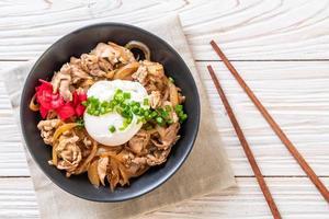 ciotola di riso di maiale con uova o donburi - cibo giapponese japanese foto