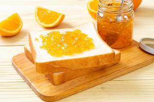 fette di pane con marmellata di arance foto