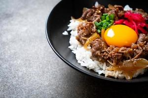 manzo affettato su riso condito con uovo o gyudon - stile giapponese foto