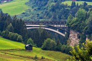un pittoresco paesaggio alpino con un vecchio ponte ferroviario. Austria. foto