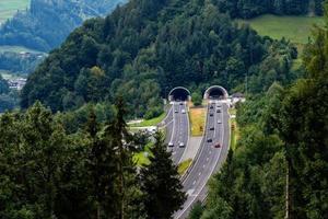 bellissima vista sulle montagne e ingresso al tunnel autostradale vicino al villaggio di werfen, austria foto