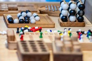 vari giocattoli di legno sul tavolo nel mercato annuale degli artigiani. messa a fuoco selettiva. foto