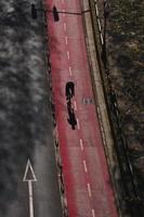 ciclista sulla pista ciclabile nella città di bilbao spagna foto