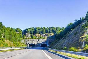 guidando attraverso la Svezia verso il tunnel in estate. foto