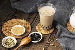 arrangiamento con delizioso tè tailandese tradizionale foto