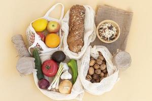 la disposizione del cibo in un sacchetto riutilizzabile foto