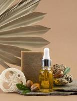 la disposizione del flacone contagocce di olio di argan foto