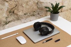 il design minimalista della scrivania da lavoro a casa foto