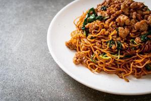 noodles istantanei saltati in padella con basilico tailandese e carne di maiale macinata - stile asiatico foto