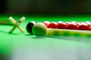 palle da biliardo sul tavolo da biliardo verde foto