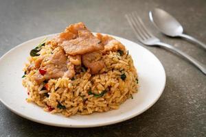 riso fritto con basilico thai e maiale - stile thai foto