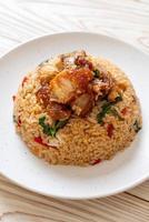 riso fritto con basilico thai e pancetta di maiale croccante - stile thai foto