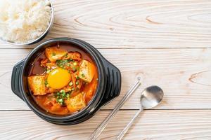 zuppa di kimchi con tofu e uova o stufato di kimchi coreano foto