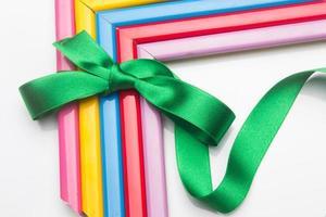 cornici colorate e un nastro regalo foto