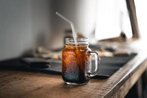 latte freddo americano ghiacciato sul tavolo in casa foto
