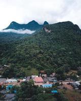 montagne e villaggi nella stagione delle piogge foto