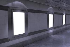 mockup di tabellone per le affissioni vuoto in metropolitana foto