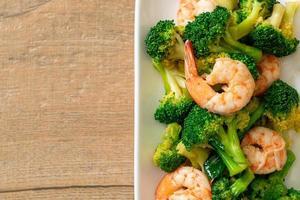 broccoli saltati in padella con gamberi - stile cibo fatto in casa foto