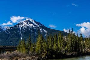 vedute delle montagne rocciose dalla strada panoramica della Bow Valley. parco nazionale di banff, alberta, canada foto