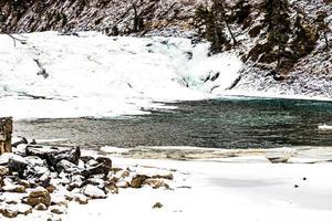 l'arco cade d'inverno. parco nazionale di banff, alberta, canada foto