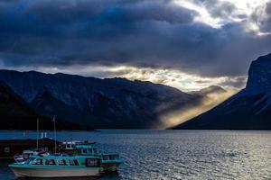 alba sulla montagna rundle dal lago due jack. parco nazionale di banff, alberta, canada foto