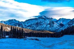una vista delle montagne rocciose dagli stagni a cascata in inverno. parco nazionale di banff, alberta, canada foto