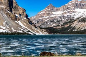 lago di prua all'inizio della primavera con ancora del ghiaccio sul lago. parco nazionale di banff, alberta, canada foto