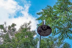 lampione arrugginito in natura e alberi foto