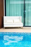 sedia da esterno vuota vicino alla piscina foto