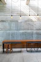 tavolo e sedia vuoti nella caffetteria e nel ristorante della caffetteria foto