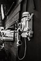 vecchio telefono di strada con un combinatore rotativo foto