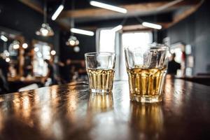 bicchieri di whisky sul tavolo foto