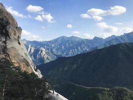 la vista dalla vetta della montagna del parco nazionale di seoraksan. Corea del Sud foto