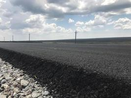 nuovo asfalto su un'autostrada. vista laterale. Russia foto
